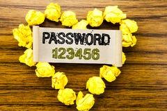 词,写密码123456 在黑暗的木背景的稠粘的便条纸写的安全互联网的企业概念 库存照片