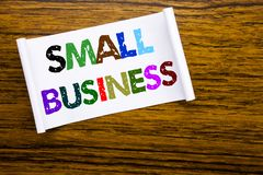 词,写小企业 Family的Owned在木木结构的稠粘的便条纸写的Company企业概念 免版税库存照片