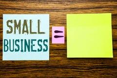 词,写小企业 Family的Owned在木背景的稠粘的便条纸写的Company企业概念 Equatio 免版税图库摄影