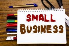 词,写小企业 Family的Owned在笔记本写的Company企业概念,与办公室equipme的木背景 免版税库存照片
