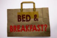 词,写床早餐企业概念为假日在购物袋写的旅途旅行,白色隔绝了背景 免版税图库摄影