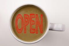 词,写开放文本在杯子的咖啡 商店开头的企业概念在与拷贝空间的白色背景 与r的黑文本 免版税库存图片