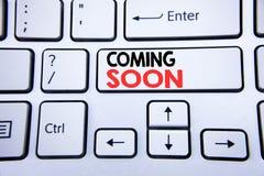 词,写很快来 在与拷贝空间的白色键盘键建设中的企业概念写的 顶视图 库存照片
