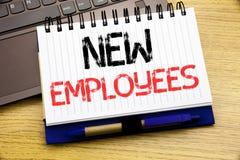 词,写新的雇员 在木背景的笔记本书写的受欢迎Staf吸收的企业概念在 库存例证