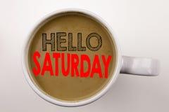词,写星期六文本在杯子的咖啡 企业概念为在白色背景的愉快的星期周末与拷贝空间 黑t 免版税库存照片