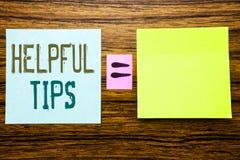 词,写有用的技巧 帮助的企业概念在常见问题解答或忠告,写在木背景的稠粘的便条纸 Equatio 免版税库存图片