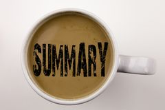 词,写概略文本在杯子的咖啡 简要的回顾企业概要的企业概念在与拷贝温泉的白色背景 图库摄影