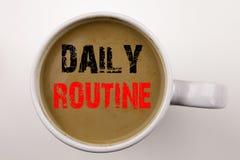 词,写每日定期文本在杯子的咖啡 准确性做法的企业概念在与拷贝空间的白色背景 Bl 库存图片