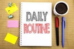 词,写每日惯例 在笔记薄与空间办公室vi的便条纸背景写的日常生活方式的企业概念 免版税图库摄影