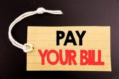 词,写薪水您的比尔 网上销售付款的企业概念在黑vintag的价牌纸写的政府的 图库摄影