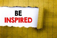 词,写被启发 启发的企业在黄色的白皮书写的概念和刺激折叠了纸 库存图片