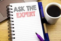 词,写要求专家 忠告在木背景的笔记本书写的帮助问题的企业概念在O 免版税库存照片