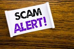 词,写诈欺戒备 在木木结构可看见的bac的稠粘的便条纸写的欺骗警告的企业概念 免版税库存照片
