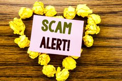 词,写诈欺戒备 在木背景的稠粘的便条纸写的欺骗警告的企业概念 免版税库存图片