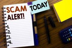 词,写诈欺戒备 在木背景的笔访纸写的欺骗警告的企业概念 附有 免版税库存图片