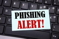 词,写Phishing戒备 在黑键盘backgro的稠粘的便条纸写的欺骗警告危险的企业概念 库存照片