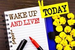 词,文字,文本醒并且居住 诱导在笔记本嘘写的成功梦想活生活挑战的企业概念 免版税库存照片