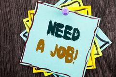 词,文字,文本需要工作 失业失业的工作者查寻的企业概念在蓝色稠粘的笔记Pa写的事业 免版税图库摄影