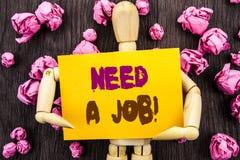 词,文字,文本需要工作 概念性照片失业失业的工作者查寻在稠粘的笔记写的事业举行  免版税库存图片