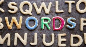 词,装饰在信件中塑造了曲奇饼,特写镜头 免版税库存照片