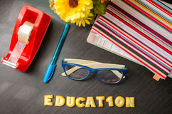 词:教育由曲奇饼制成。 库存图片
