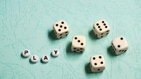 词`戏剧`由多彩多姿的木信件和比赛模子组成在薄荷的背景 免版税库存图片