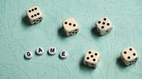 词`比赛`由多彩多姿的木信件和比赛模子组成在薄荷的背景 图库摄影
