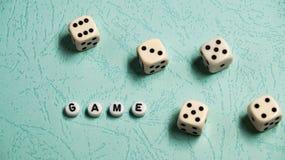 词`比赛`由多彩多姿的木信件和比赛模子组成在薄荷的背景 免版税库存照片