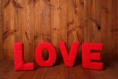 词& x27; & x27; love& x27; & x27;在老木板条 免版税库存照片