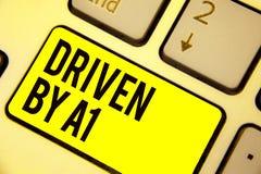 词A1驾驶的文字文本 企业概念移动的或控制由在社会键盘黄色钥匙的一个头号司机 库存图片
