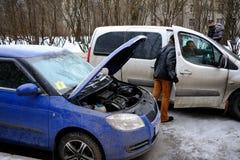 试图发动汽车的引擎有被播种的电池usi的 库存照片