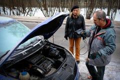 试图发动汽车的引擎有被播种的电池usi的 免版税库存图片