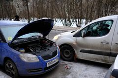 试图发动汽车的引擎有被播种的电池usi的 库存图片
