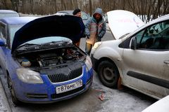 试图发动汽车的引擎有被播种的电池usi的 免版税库存照片