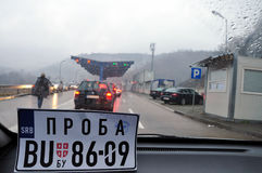 试用穿过塞尔维亚的科索沃公民的牌照 免版税库存照片