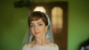 试穿年轻可爱的妇女选择婚礼礼服,摆在和 影视素材