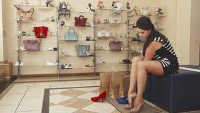 试穿米黄鞋子的妇女腿 免版税库存图片