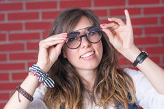 试验双眼力玻璃的妇女 库存图片
