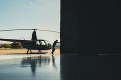 试验开头直升机飞机棚门 库存照片