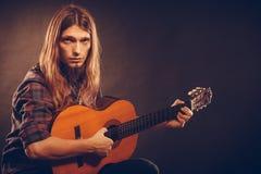 试验弦的吉他弹奏者 免版税库存照片