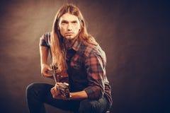 试验弦的吉他弹奏者 图库摄影