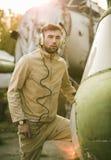 年轻试验摆在直升机附近 免版税图库摄影