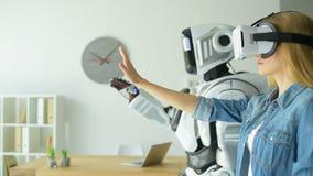 试验机器人机器的女孩佩带的vr耳机 股票录像