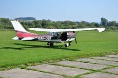 试验检查他的在离开前的小个人飞机和为飞行做准备 库存照片