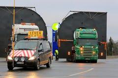 试验汽车和两辆卡车有特大装载的 库存照片