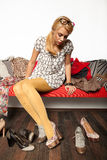 试验鞋子的妇女 免版税库存照片