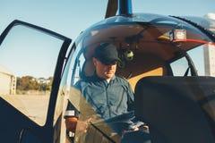 试验读书地图在直升机驾驶舱内 免版税库存图片