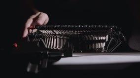 诗人键入诗的文本在一台减速火箭的打字机的 股票视频