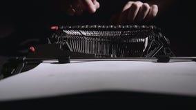 诗人键入诗的文本在一台减速火箭的打字机的 股票录像