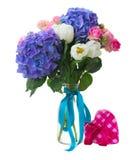 诗句白色郁金香、桃红色玫瑰和蓝色霍滕西亚花 免版税库存照片